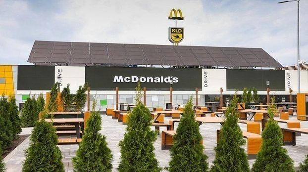 В Украине открылся первый McDonald's на АЗС с солнечными панелями.