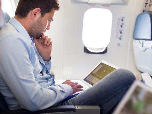 Українці зможуть користуватися інтернетом на борту літаків