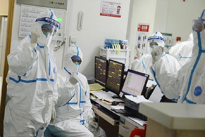 У Китаї створили робота, який замінить лікарів в догляді за хворими коронавірусом