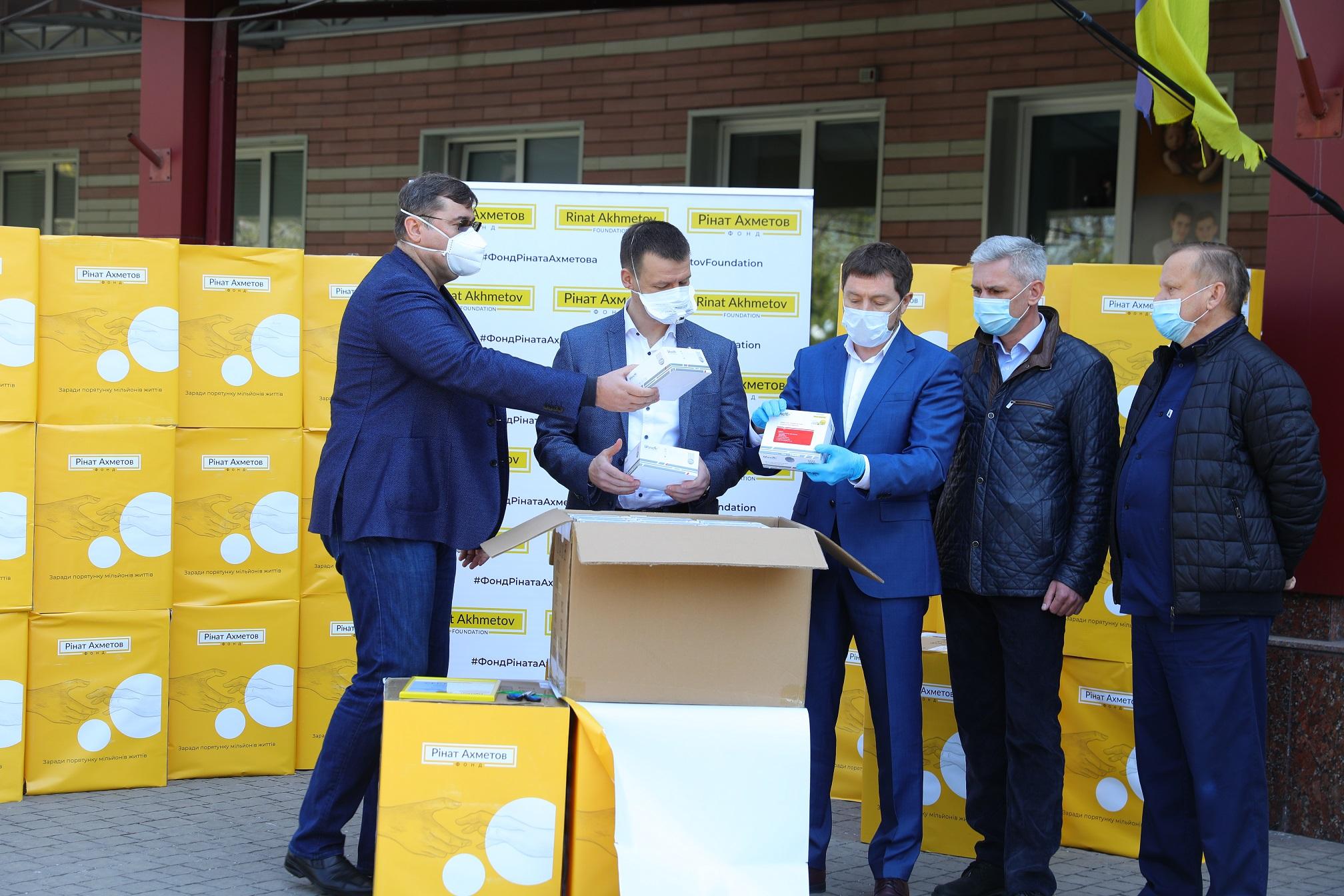 Фонд Ріната Ахметова спільно з Метінвестом передав Запорізькій області 30 000 експрес-тестів для виявлення COVID-19