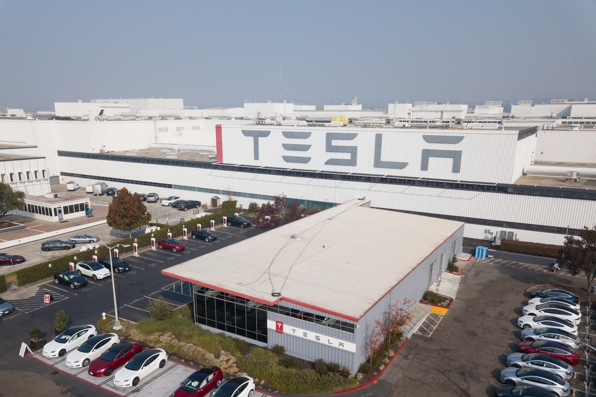 Tesla возобновила работу завода в США