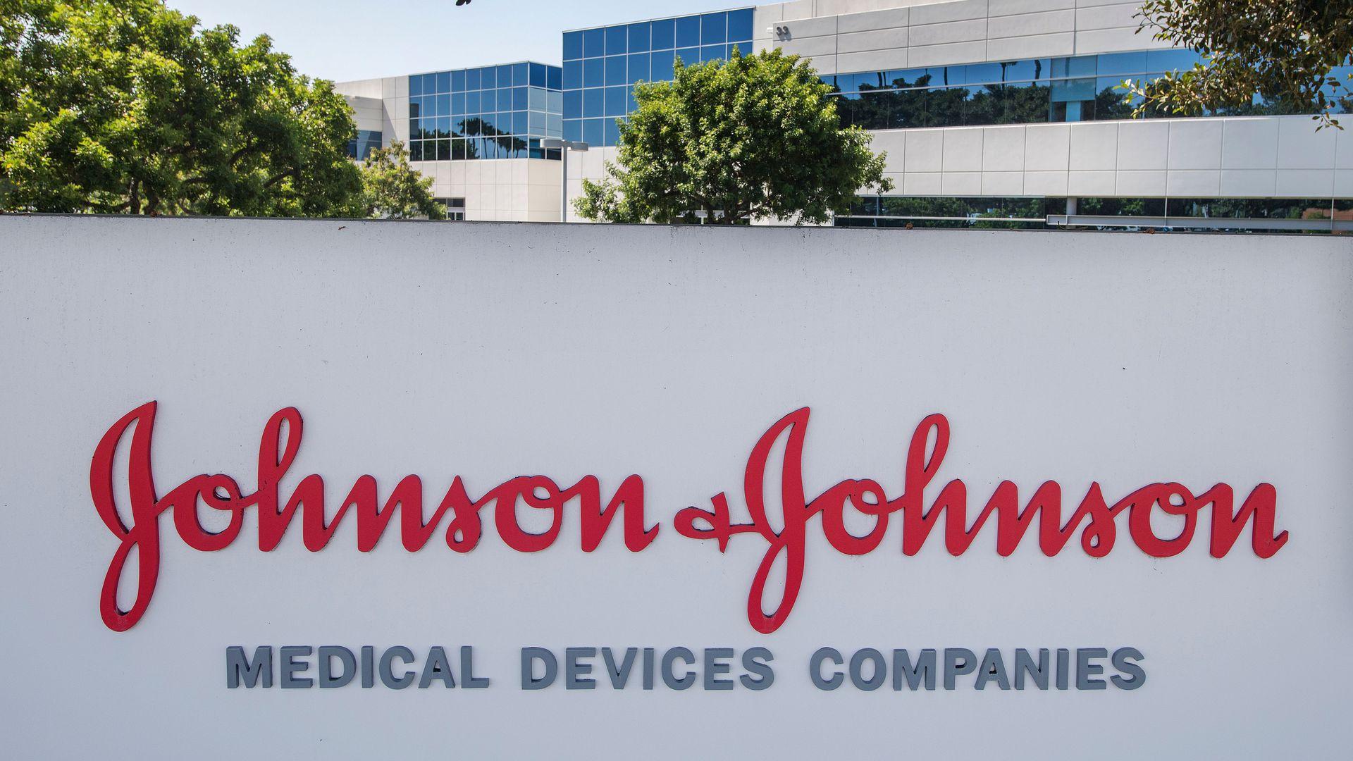 Доходы и прибыль J&J пострадали от падения продаж медицинского оборудования