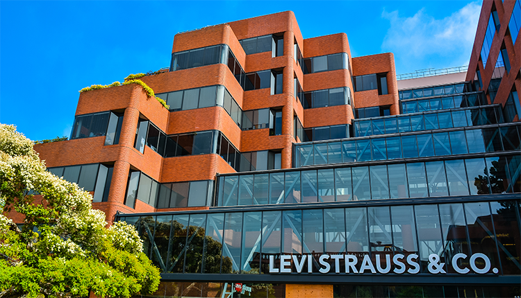 Levi Strauss повідомив про падіння продажів на 62% у другому кварталі і скорочення 15% персоналу