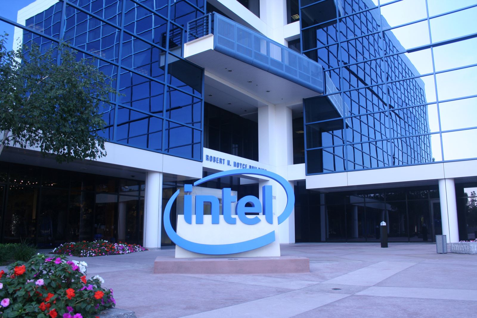 Intel announced a breakthrough in transistor technology that will enhance the performance of the new chips by 20%