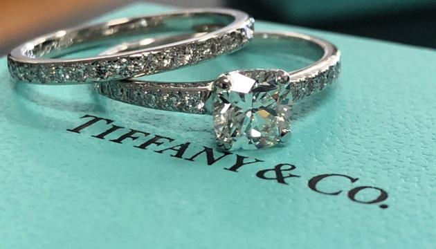 Tiffany погодилася знизити ціну акцій в рамках угоди по злиттю з LVMH