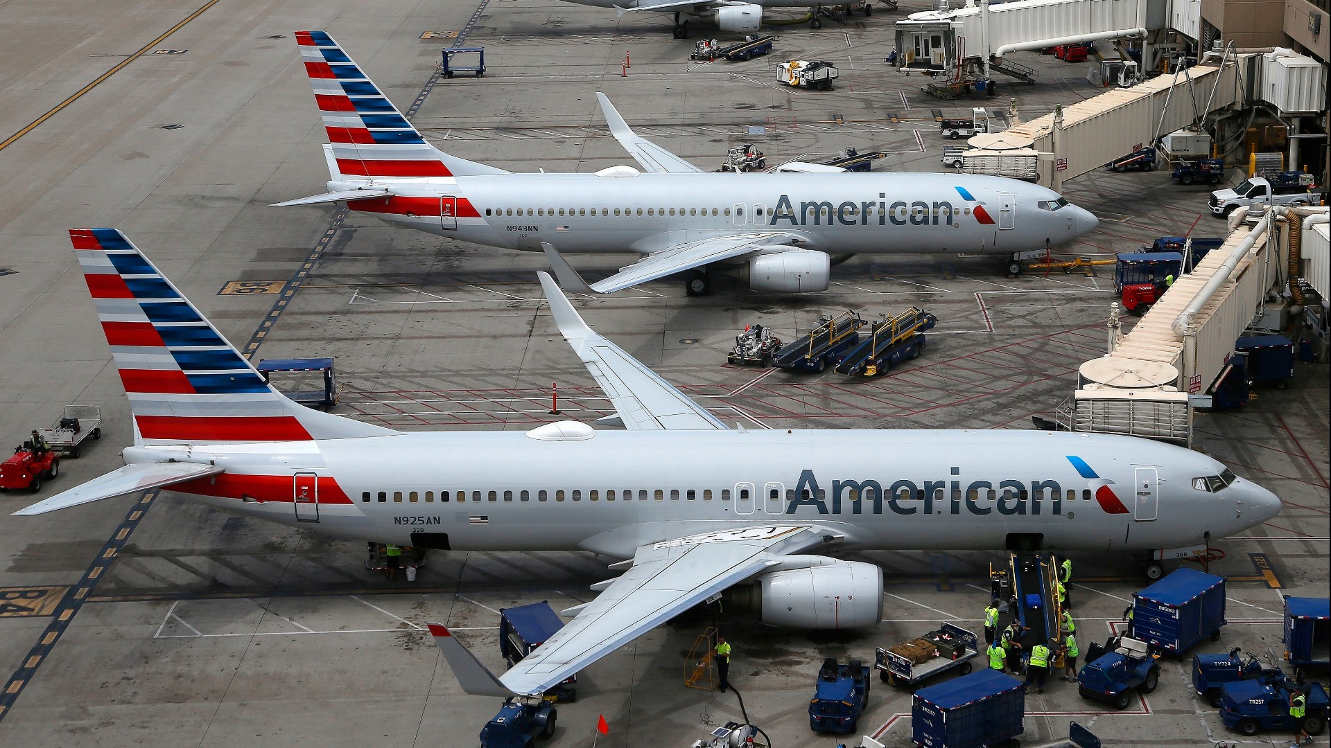 Американские авиакомпании American Airlines и United Airlines сократят более 32 тыс. сотрудников