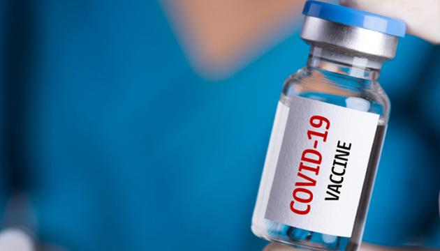 Вакцина AstraZeneca від COVID-19 показала середню ефективність