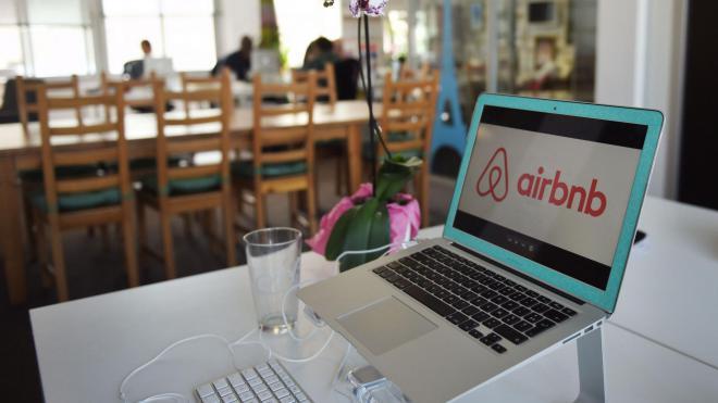 Акции Airbnb упали в цене на 25% после IPO