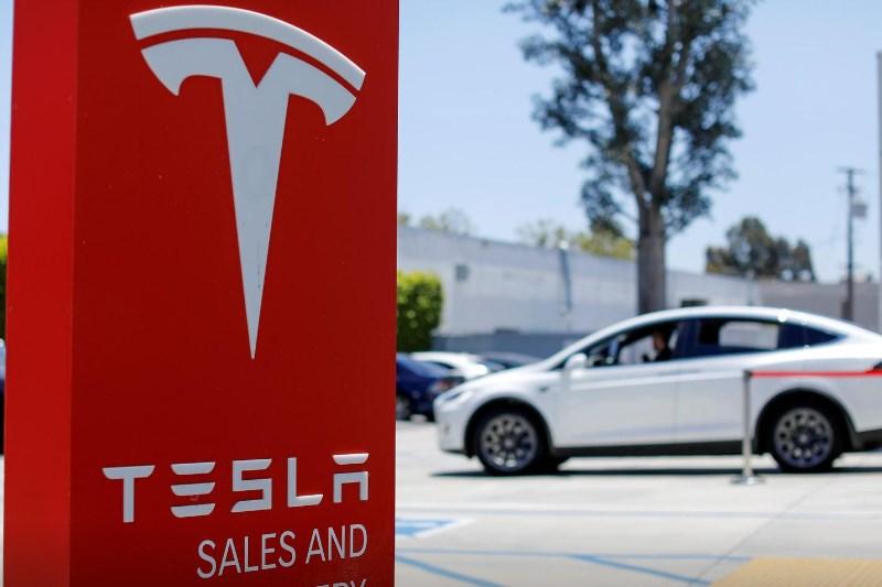 Акции Tesla упали на 6% на первых торгах после включения в S&P 500