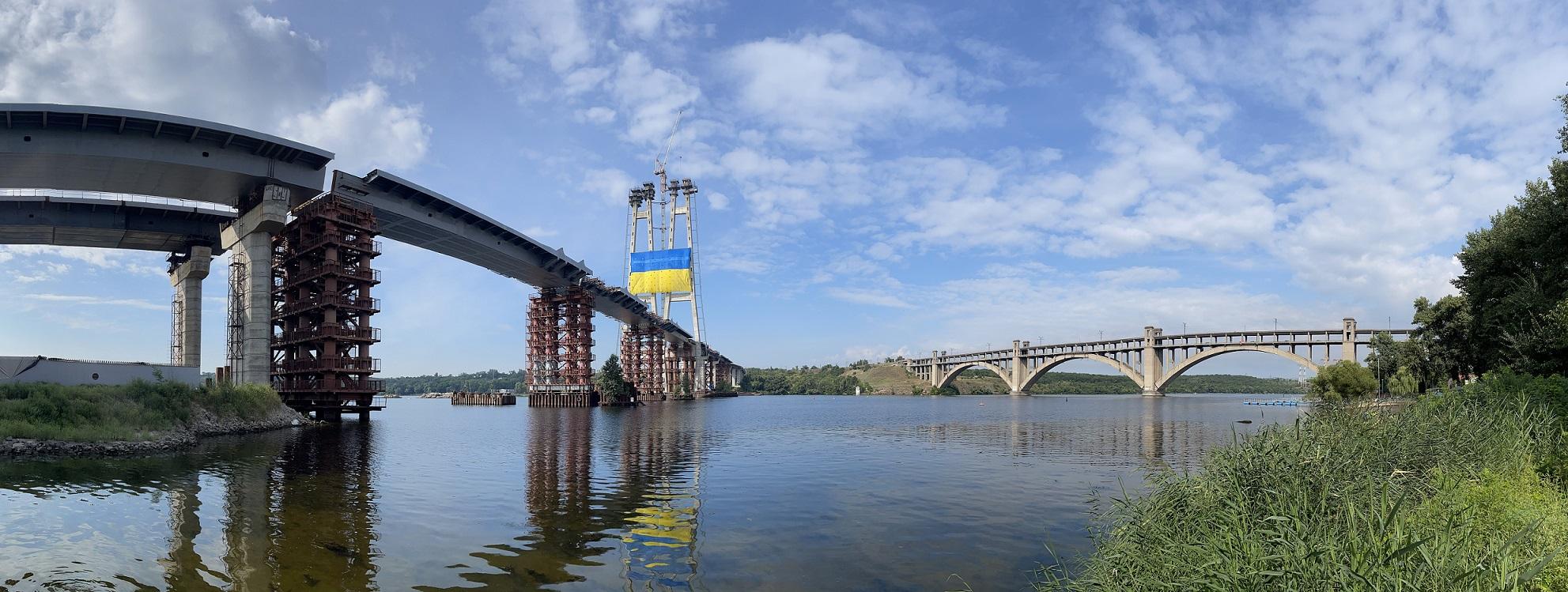 «Запорожсталь» установил национальный флаг Украины на самой высокой точке над рекой Днепр